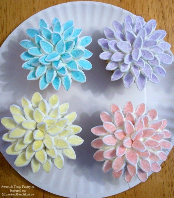Cake Decorating Marshmallow Flowers : Flower Cupcakes with Marshmallows - Moms & Munchkins